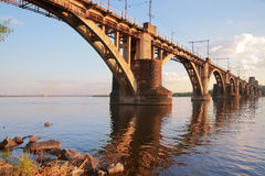 utöver järnvägen för järnväg för broavståndshorisont som sträcker spår Arkivfoto