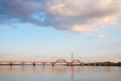 utöver järnvägen för järnväg för broavståndshorisont som sträcker spår Fotografering för Bildbyråer