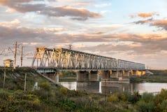 utöver järnvägen för järnväg för broavståndshorisont som sträcker spår Royaltyfria Bilder
