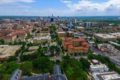 UT塔有奥斯汀得克萨斯地平线都市风景的校园大学在背景中 库存图片