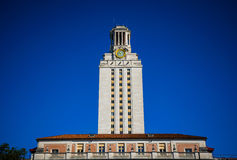 UT ορόσημο πύργων ρολογιών πύργων του πανεπιστημιακού υποβάθρου μπλε ουρανού του Ώστιν Τέξας Στοκ φωτογραφία με δικαίωμα ελεύθερης χρήσης