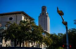 UT χρόνος αφήγησης πύργων ρολογιών πύργων στο Πανεπιστήμιο του Τέξας Ώστιν πανεπιστημιουπόλεων πέρα από την άποψη οδών Στοκ φωτογραφία με δικαίωμα ελεύθερης χρήσης
