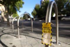 Ut - av - serviceetiketten som fästas på defekt defekthandascender gör inte operationen på cykelkuggeallmänhet, parkerar arkivfoton