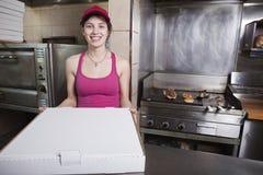 ut tar pizza servitrisen Arkivbild