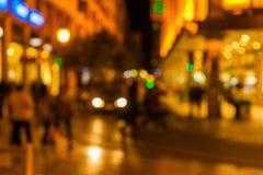 Ut ur fokusbild av en stadsplats på natten Fotografering för Bildbyråer