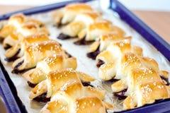 Ut ur Oven Homemade Baked Jam Crescents på en arkpanna arkivbild