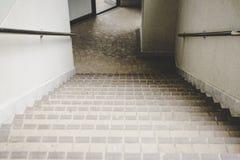 Ut vänder den gamla trappan för dörren ner Fotografering för Bildbyråer