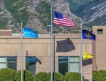 Utah County Flagge amerikanische Flagge und Utah-Flagge lizenzfreie stockbilder