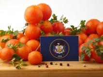 Utah-Flagge auf einer Holzverkleidung mit den Tomaten lokalisiert auf einem weißen Ba Lizenzfreie Stockfotos