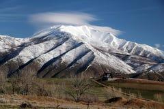 Utah-Haus unter gigantischem Schnee bedeckte Berg Lizenzfreies Stockbild
