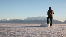 Utah See eingefroren und Mann, der fest schaut stock video footage