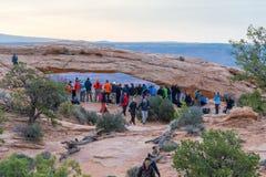 UTAH USA - APRIL 25, 2014: folket väntar på en soluppgång på Fotografering för Bildbyråer