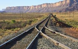 Utah-Zuglinien durch Klippen Stockfotos