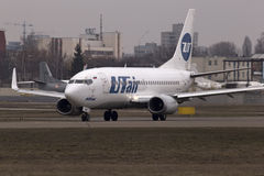 UTair航空公司运行在跑道的波音737-500航空器 免版税库存照片