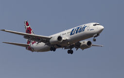 Utair-Ουκρανία αερογραμμές Boeing 737-800 αεροσκάφη στο υπόβαθρο μπλε ουρανού Στοκ φωτογραφία με δικαίωμα ελεύθερης χρήσης
