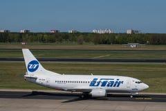 UTAir Boeing 737-500 bij Berlin Tegel-luchthaven royalty-vrije stock foto's
