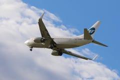 Utair Boeing 737-500 som landar på Pulkovo den internationella flygplatsen Arkivbilder