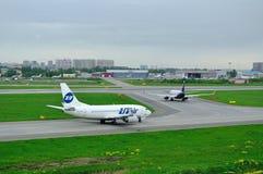 UTair-Fluglinie Boeing 737-500 und Flugzeuge Aeroflot-Fluglinien-Airbusses A320-214 in internationalem Flughafen Pulkovo in St Pe Stockbild