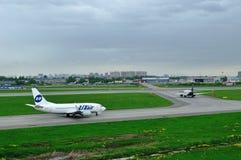 UTair-Fluglinie Boeing 737-500 und Flugzeuge Aeroflot-Fluglinien-Airbusses A320-214 in internationalem Flughafen Pulkovo in St Pe Lizenzfreie Stockfotografie