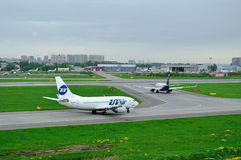 UTair flygbolag Boeing 737-500 och flygplan för Aeroflot flygbolagflygbuss A320-214 i Pulkovo den internationella flygplatsen i S Fotografering för Bildbyråer