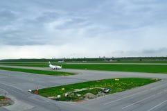 UTair flygbolagBoeing 737-500 flygplan i Pulkovo den internationella flygplatsen i St Petersburg, Ryssland Fotografering för Bildbyråer