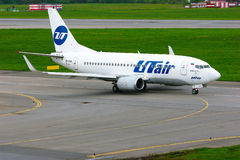 UTair flygbolagBoeing 737-500 flygplan i Pulkovo den internationella flygplatsen i St Petersburg, Ryssland Royaltyfri Fotografi