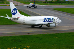UTair flygbolagBoeing 737-500 flygplan i Pulkovo den internationella flygplatsen i St Petersburg, Ryssland Arkivbilder