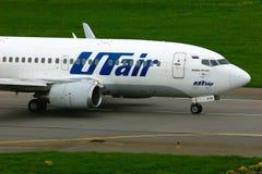 UTair flygbolagBoeing 737-500 flygplan i Pulkovo den internationella flygplatsen i St Petersburg, Ryssland Royaltyfri Foto