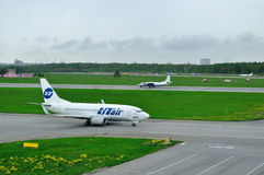 UTairluchtvaartlijn Boeing 737-500 en Vluchttests en systemenluchtvaartlijnen Antonov een-26 KPA-vliegtuigen in Internationale lu stock afbeelding