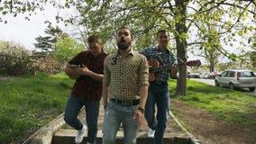 Utalentowani faceci w szkockiej kraty koszula odprowadzenia puszku zdjęcie wideo