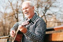 Utalentowany dorośleć mężczyzna uczenie gitary sztukę zdjęcia royalty free