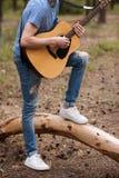 Utalentowany gitarzysta bawić się las wycieczkuje pojęcie zdjęcie stock