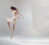 Utalentowany młody skokowy baletniczy tancerz Zdjęcia Royalty Free