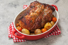 Utan ben stek för grisköttfransyska med potatisar arkivbild