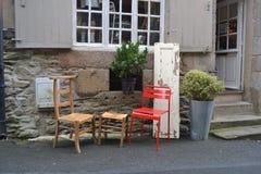 Utanför en liten kaféstång i Frankrike Arkivfoton