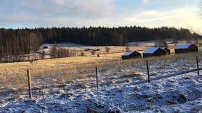 Utanför ett staket i ett vinterlandskap lager videofilmer