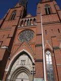 Utanför gotisk kyrka i Uppsala Royaltyfri Bild