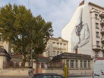 Utanför Les Halles i Lyon en väggmålning av den berömda kocken Paul Bocuse arkivbild