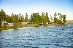 Utansjo,瑞典- 18 06 2018年:一野营的看法与有蓬卡车和露营车在日落时间,瑞典喜欢 库存图片