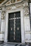 utarbetad kyrklig dörr Arkivfoto
