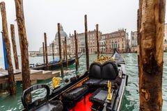 Utarbetad traditionell Venetian gondol på Grand Canal royaltyfri bild
