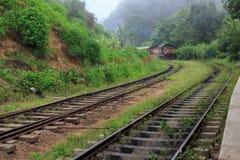 Utbilda att ankomma på på den Ella stationen - Sri Lanka royaltyfria foton