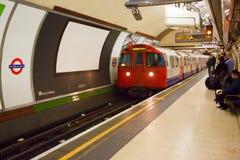 Utbilda att ankomma till den Piccadilly cirkusstationen i London Arkivfoto