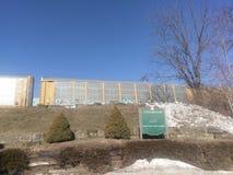Utbilda att förbigå Williamsport nedgångar på en härlig Januari dag i i stadens centrum Williamsport Indiana Arkivbild