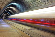 Utbilda att försvinna in i en tunnel royaltyfria foton