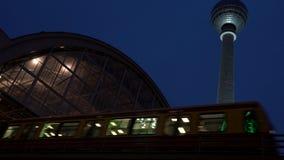 Utbilda att lämna den Alexanderplatz stationen på natten vid televisionen för att stå högt, Berlin, Tyskland lager videofilmer