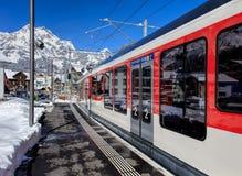 Utbilda att lämna stationen i Engelberg, Schweiz Arkivfoton
