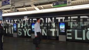 Utbilda att stoppa på den Silom stationen i Bangkok, Thailand stock video