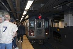Utbilda den annalkande stationen på den underjordiska Manhattan gångtunnelplatfoen Arkivbilder