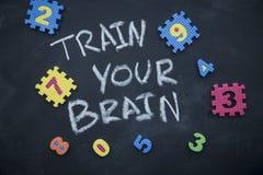 Utbilda din hjärninskrift på en svart tavla royaltyfri bild